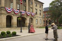 Актеры одетые как отцы и дамы конфедерации в Charlot стоковые изображения