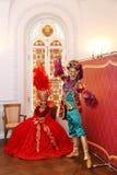 Актеры театра балета, премьер-министр приветствовали гостей в комнатах положения Олимпии дворца Стоковая Фотография