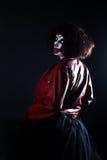 Актер девушки с составом клоуна в красной кожаной куртке Стоковое фото RF
