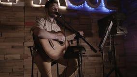 Актер играет гитару и поет от головы к ноге видеоматериал