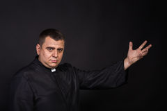 Актер играет роль священника стоковые фотографии rf