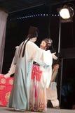 Актер и актриса обнимая, тишины тайваньской оперы jinyuliangyuan стоковые изображения