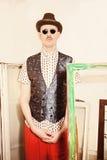 Актер цирка одел в шляпе и солнечных очках стоковая фотография rf