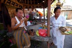 Актер Balinese подготовляя для танцульки Barong Стоковое Изображение RF