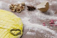 Активизированное тесто на доске печенья с в форме сердц формой Стоковая Фотография