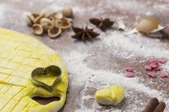 Активизированное тесто на доске печенья с в форме сердц формой Стоковое фото RF