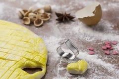 Активизированное тесто на доске печенья с в форме сердц формой Стоковое Изображение RF