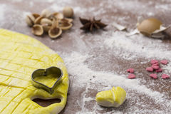 Активизированное тесто на доске печенья с в форме сердц формой Стоковые Фотографии RF