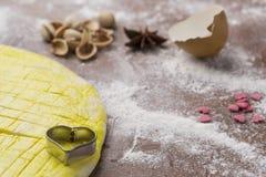 Активизированное тесто на доске печенья с в форме сердц формой Стоковые Фото