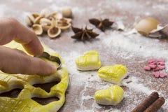 Активизированное тесто на доске печенья с в форме сердц формой Стоковые Изображения RF