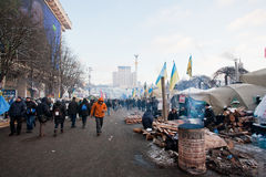 Активисты идут вокруг баррикад и лагеря на главной площади столицы во время антипровительственного протеста Euromaidan в Киеве стоковая фотография