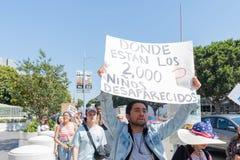 Активист держит знак во время семей принадлежит совместно mar Стоковая Фотография RF