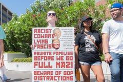 Активист держит знак во время семей принадлежит совместно mar Стоковые Фото