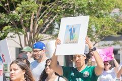 Активист держит знак во время семей принадлежит совместно mar Стоковое фото RF