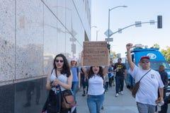 Активист держит знак во время семей принадлежит совместно mar Стоковые Фотографии RF