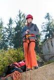 активная взбираясь женщина веревочки утеса удерживания Стоковое фото RF