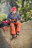 активная взбираясь женщина веревочки утеса удерживания Стоковое Фото