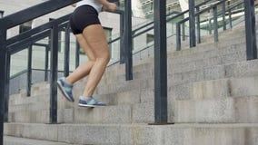 Активная девушка бежать вверх лестницы, проигрышный вес, здоровый образ жизни, целлюлит видеоматериал