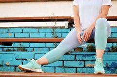 Активная девушка с избыточным весом идет пойти внутри для спорт потерять вес на стадионе Здоровый уклад жизни стоковые фотографии rf