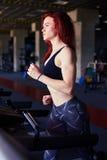 Активная женщина бежать на третбане на работать спортзала Стоковое Изображение RF