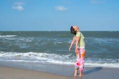 Активная женщина кричит для утехи на пляже Стоковое Изображение