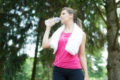 активная женщина питьевой воды стоковое изображение rf