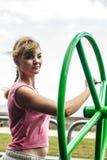 Активная женщина работая с колесом хиа tai Стоковая Фотография