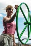 Активная женщина работая с колесом хиа tai Стоковая Фотография RF