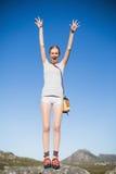Активная женщина стоя на веселить утеса стоковое изображение rf