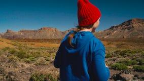 Активная женщина hiker на национальном парке Teide и делает ландшафты фото на smartphone Канарские острова tenerife сток-видео