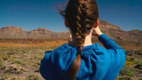 Активная женщина hiker на национальном парке Teide и делает ландшафты фото на smartphone Канарские острова tenerife акции видеоматериалы