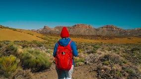 Активная женщина hiker на национальном парке Teide Кавказская молодая женщина с рюкзаком на Тенерифе, Канарских островах, Испании акции видеоматериалы