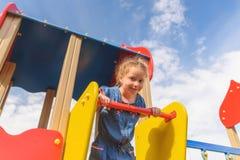 Активная маленькая девочка на спортивной площадке стоковое изображение