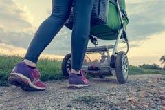 Активная мать бежать с детской сидячей коляской Стоковое Изображение