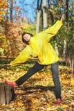 Активная пожилая женщина делая гимнастические тренировки в glade леса Стоковые Фотографии RF