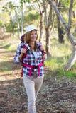 Активная привлекательная женщина с рюкзаком Стоковое фото RF