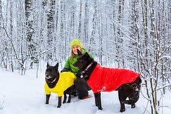 Активная прогулка девушки собака в лесе зимы Стоковое Фото