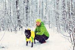 Активная прогулка девушки собака в лесе зимы Стоковая Фотография