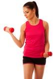 Активная разминка молодой женщины с гантелями в изоляте спортзала фитнеса Стоковые Фото