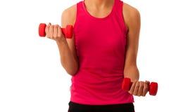 Активная разминка молодой женщины с гантелями в изоляте спортзала фитнеса Стоковая Фотография