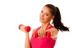 Активная разминка молодой женщины с гантелями в изоляте спортзала фитнеса Стоковое Изображение