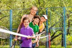 Активная семья имея потеху играя теннис Стоковая Фотография