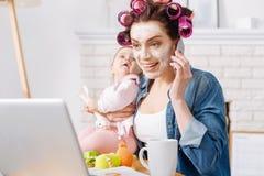Активная современная мама назначая встречуа собеседования для приема на работу Стоковая Фотография