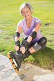 Активная старшая женщина готовая для того чтобы пойти rollerblading Стоковая Фотография RF