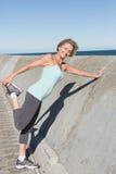 Активная старшая женщина протягивая на пристани Стоковая Фотография RF