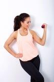 Активная тренировка веса женщины против белой предпосылки Стоковая Фотография