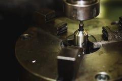 Активная филировальная машина во время обрабатывать часть двигателя стоковое изображение