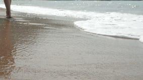 Активная sporty босоногая женщина бежит вдоль seashore в ЗАМЕДЛЕННОМ ДВИЖЕНИИ Фитнес женщины, jogging тренировка и деятельность п акции видеоматериалы