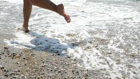 Активная sporty босоногая женщина бежит вдоль seashore в ЗАМЕДЛЕННОМ ДВИЖЕНИИ Фитнес женщины, jogging тренировка и деятельность п сток-видео