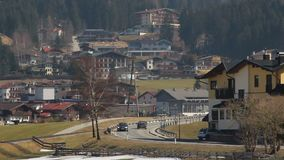 Активное движение на дороге на дне горы, интенсивной туристской подаче к курортному городу акции видеоматериалы